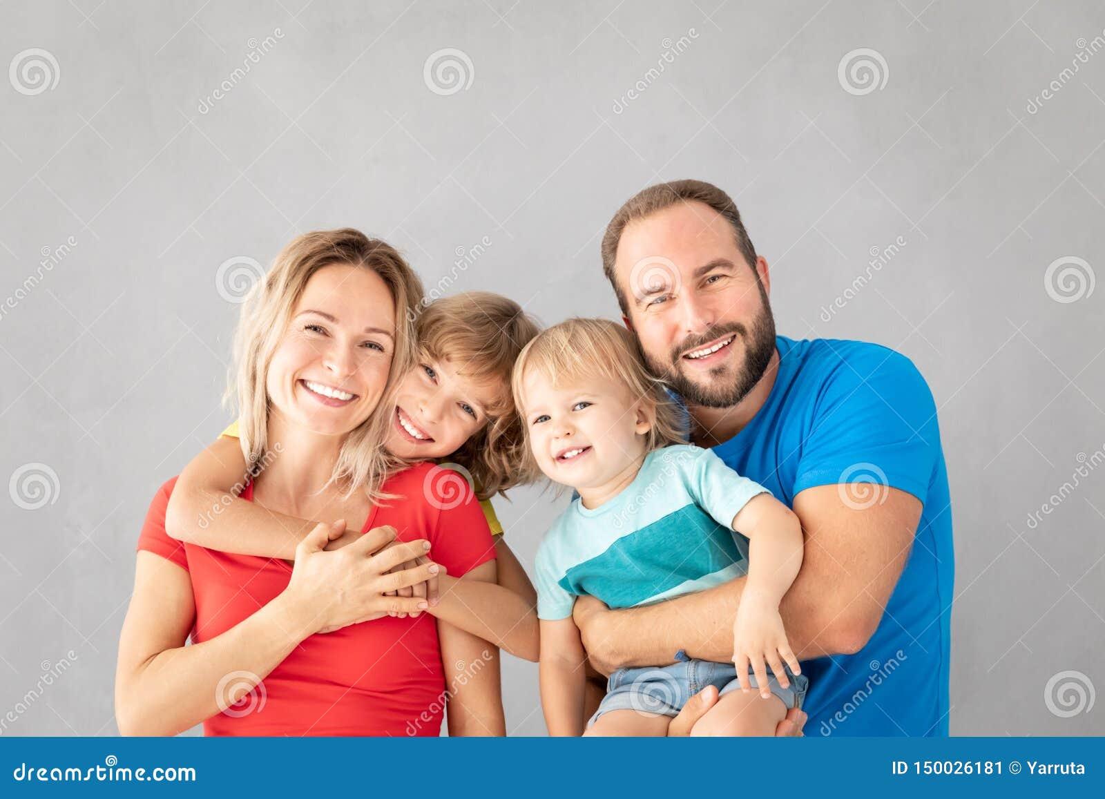 Ouders met kinderen die pret hebben thuis