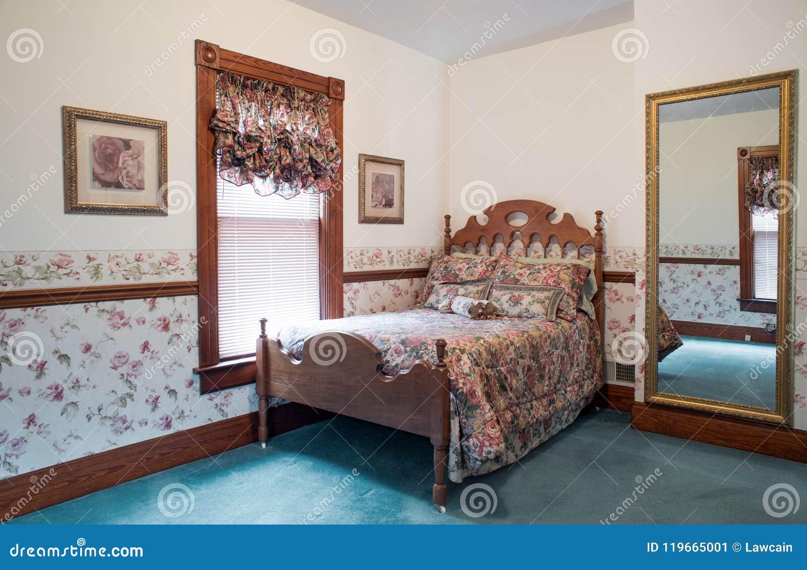 Roze Slaapkamer Stoel : Ouderwetse slaapkamer met antiek okkernootbed redactionele foto