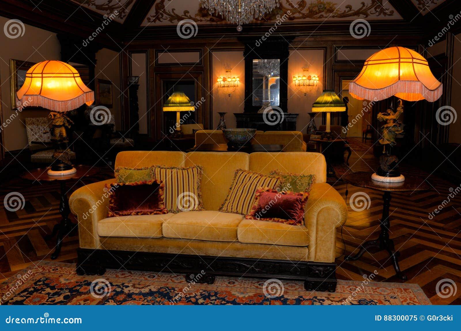https://thumbs.dreamstime.com/z/ouderwetse-woonkamer-uitstekend-paleisbinnenland-88300075.jpg
