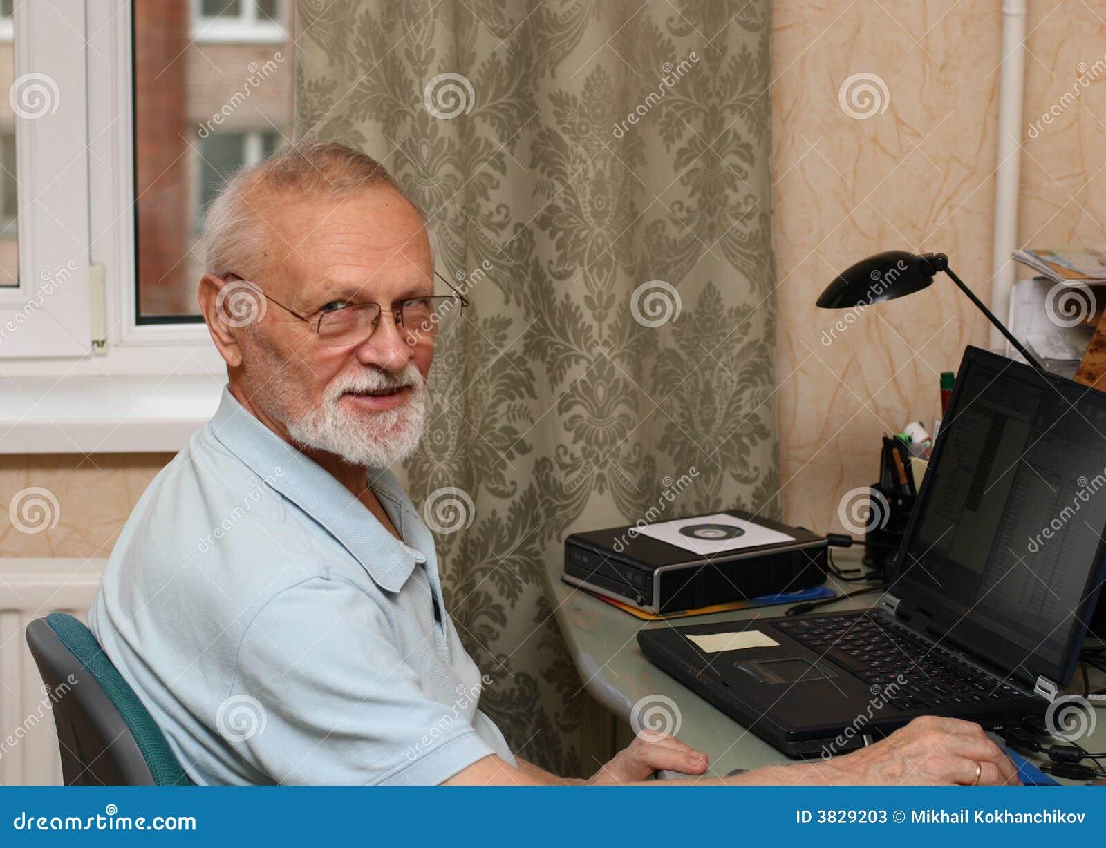 Oudste met laptop