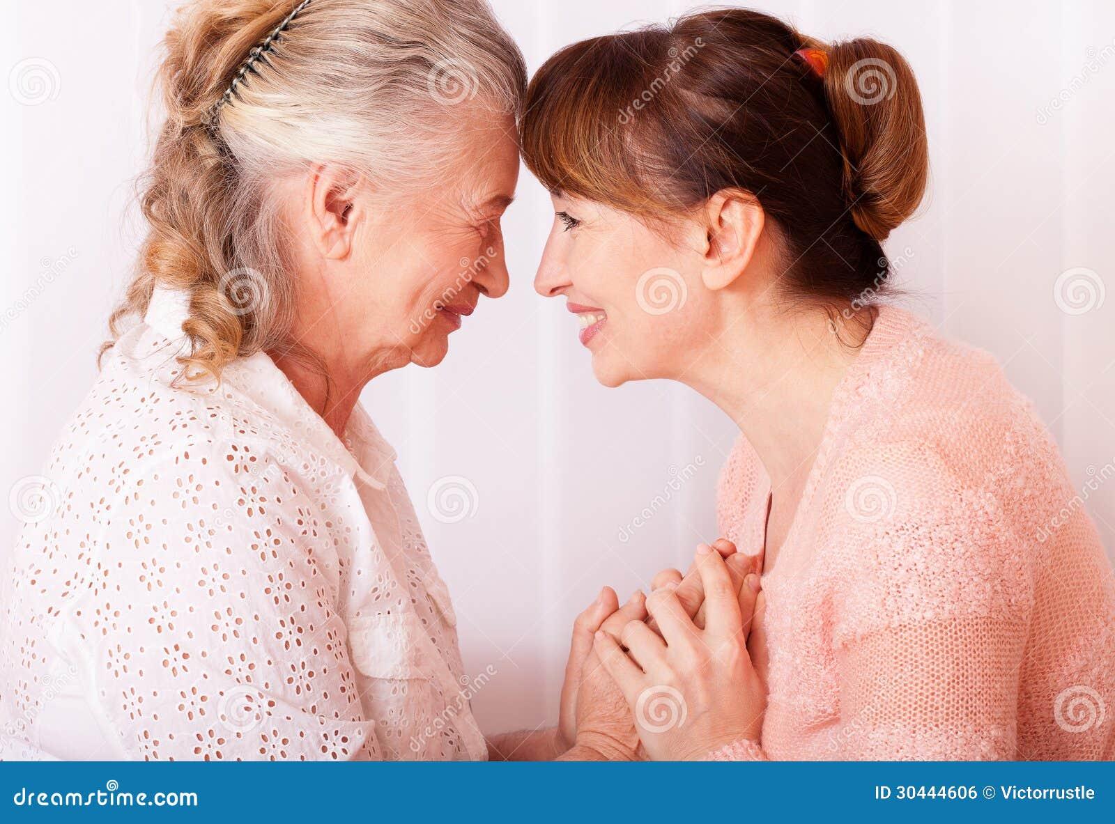Oudstenvrouw met haar verzorger thuis