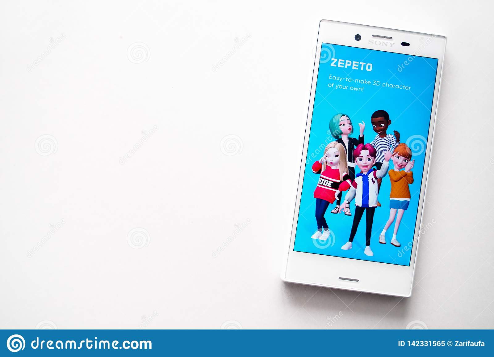 Oufa, Russie - 15 mars 2019 : Application de ZEPETO sur l écran de smartphone d Android, téléphone sur le fond blanc, l espace de