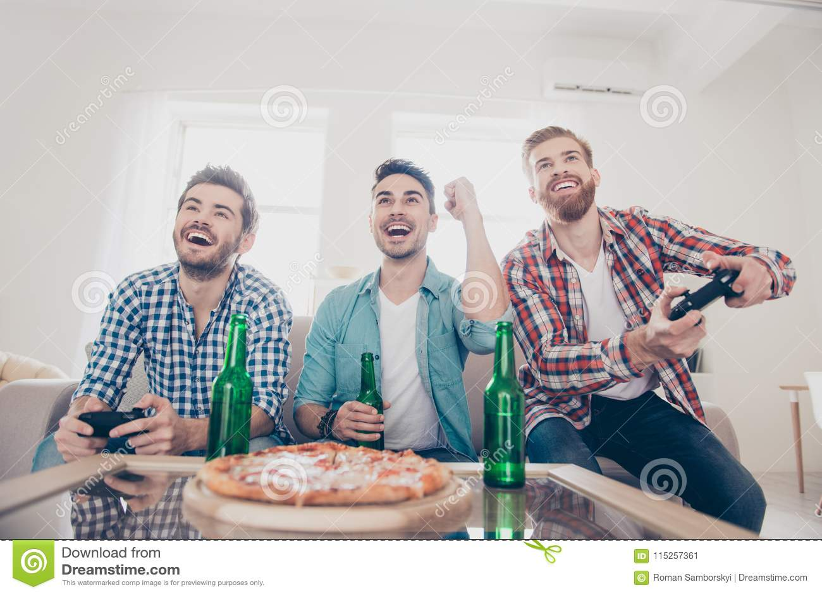 Oui ! Équipe de gagnants ! La vie du ` s d hommes de célibataire Angle faible de trois hommes joyeux heureux, se reposant sur le