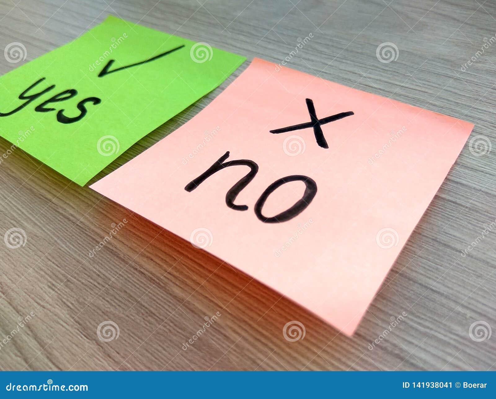 Oui ou non message de question sur les notes collantes avec le foyer sur pas dessus le fond en bois Concept de rejet et d échec