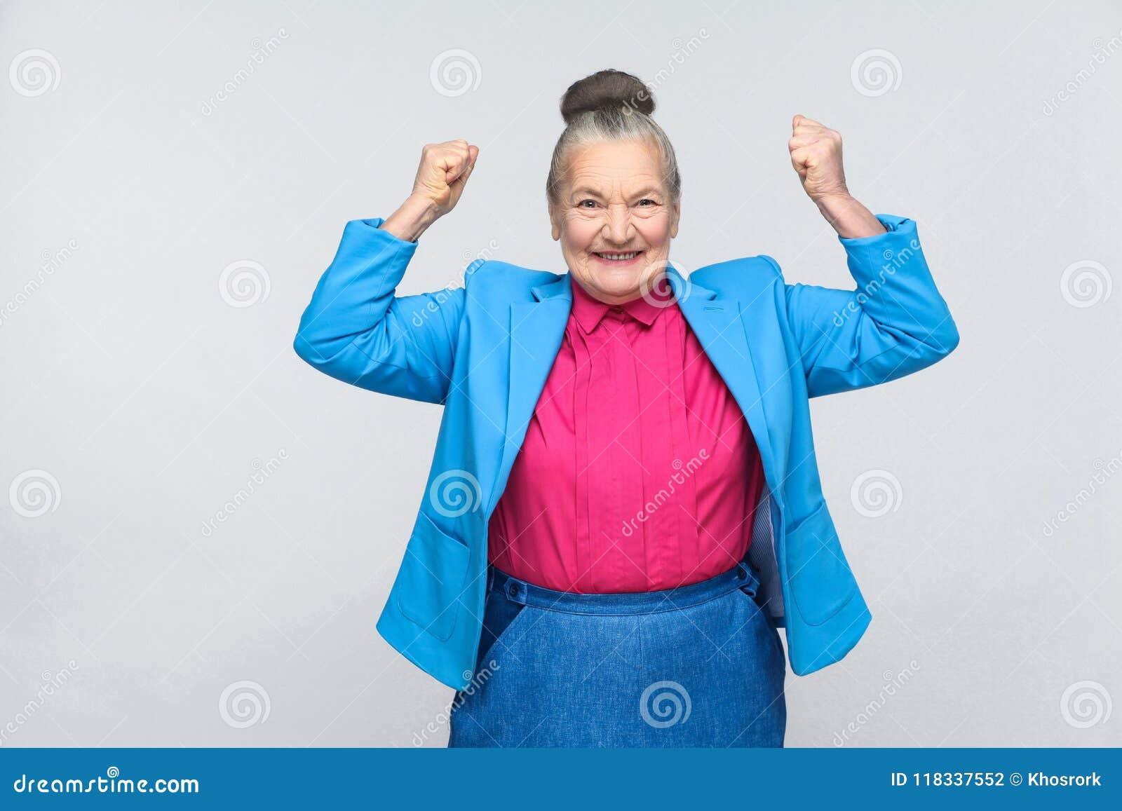 Oui ! Victoire de réjouissance de femme de succès de bonheur