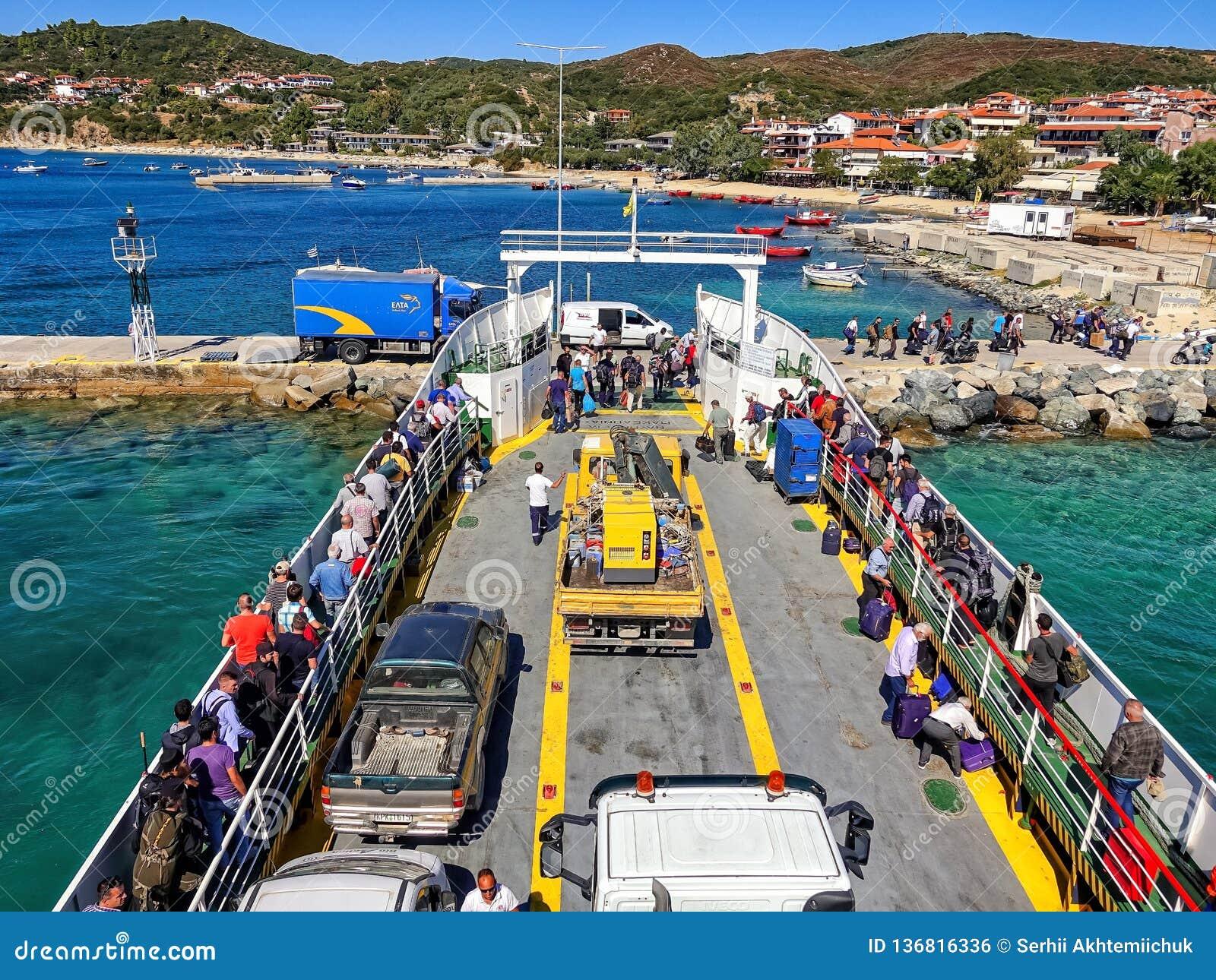 09 20 2018 - Ouranopolis/Grekland: Pilgrimsfärd av troenden med färjan till Mount Athos Härlig solig klar dag