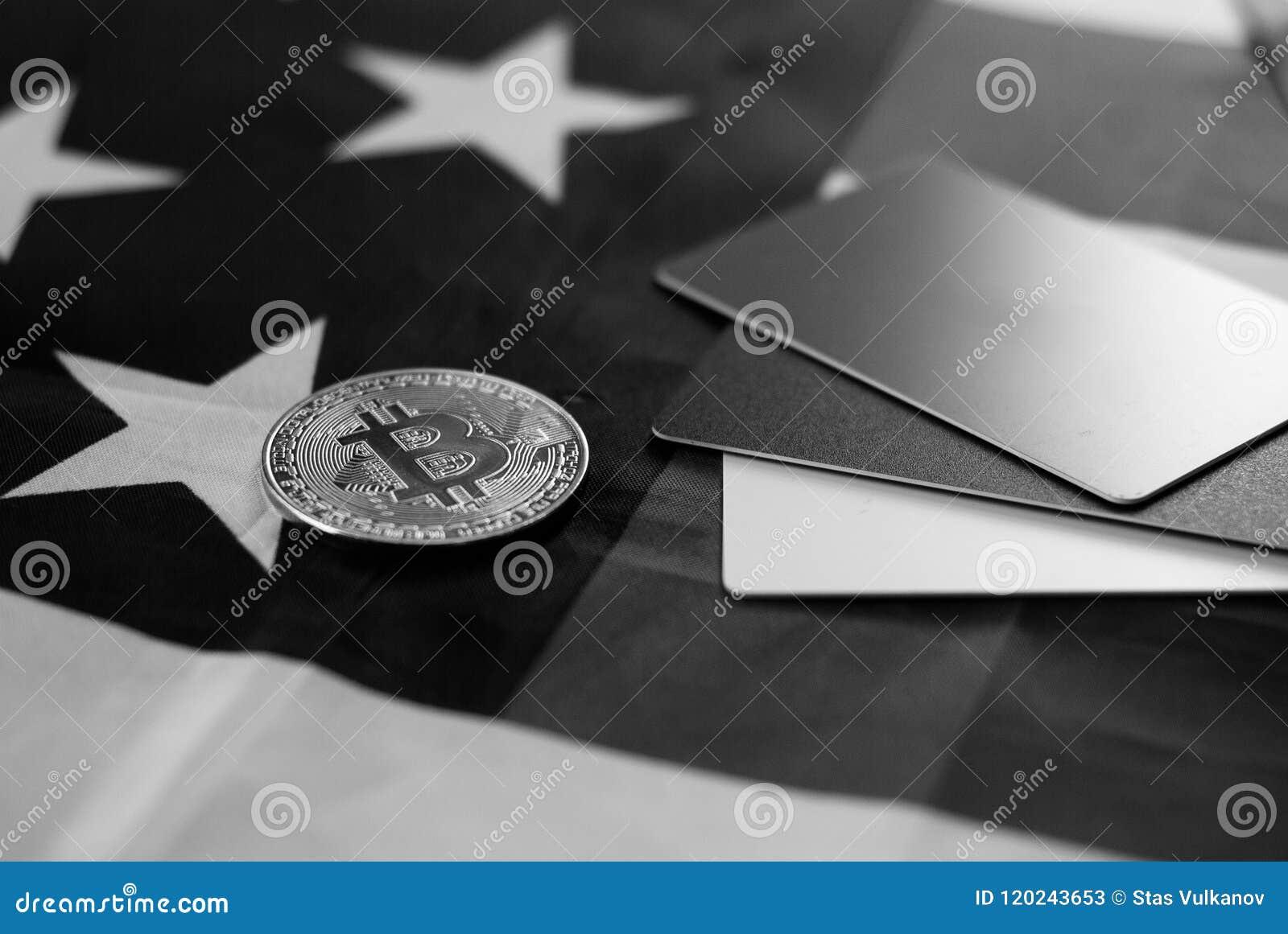 Ouro Bitcoin e nós bandeira, molde do cartão de crédito,