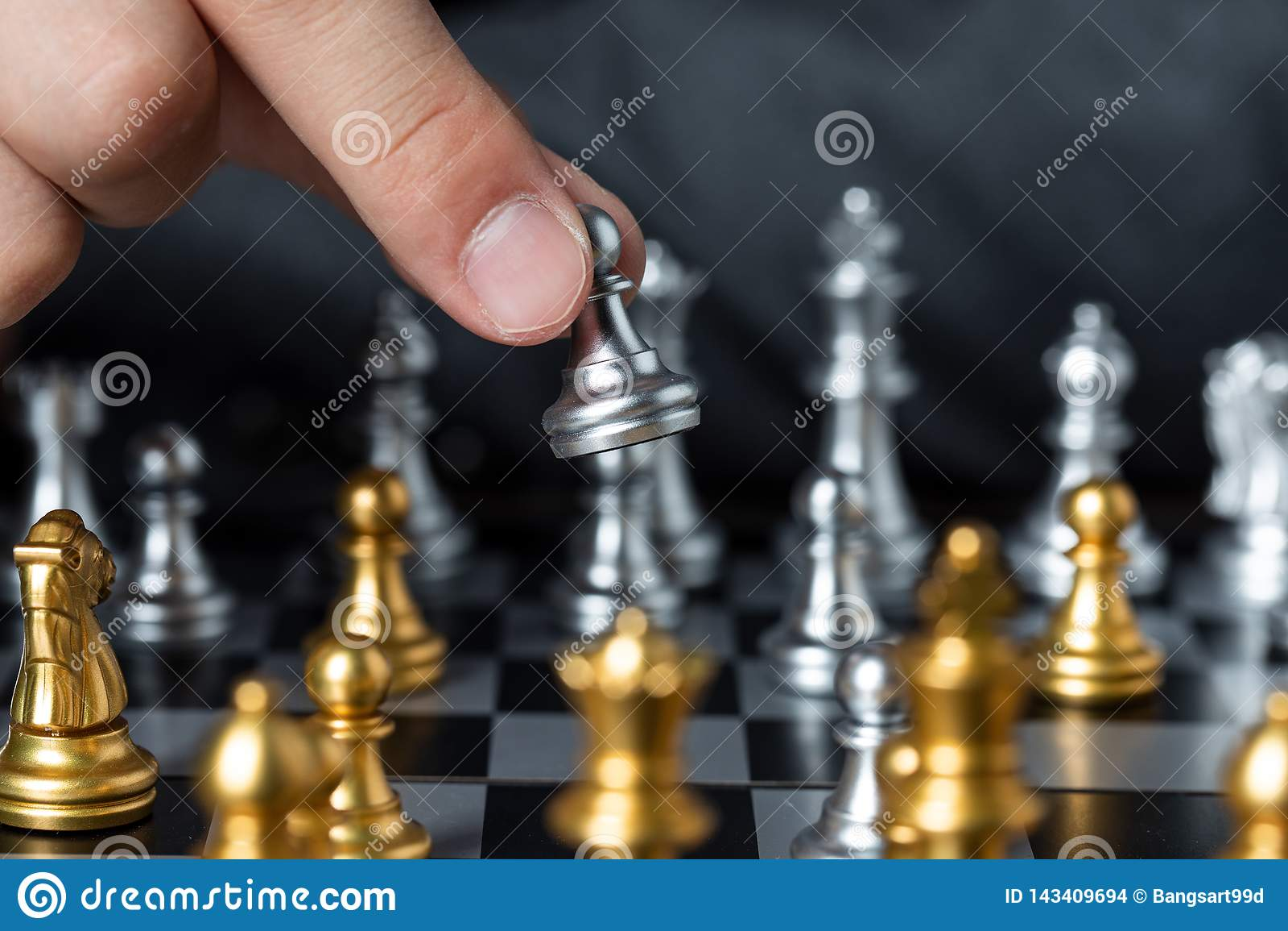 Ouro e xadrez de prata com jogador