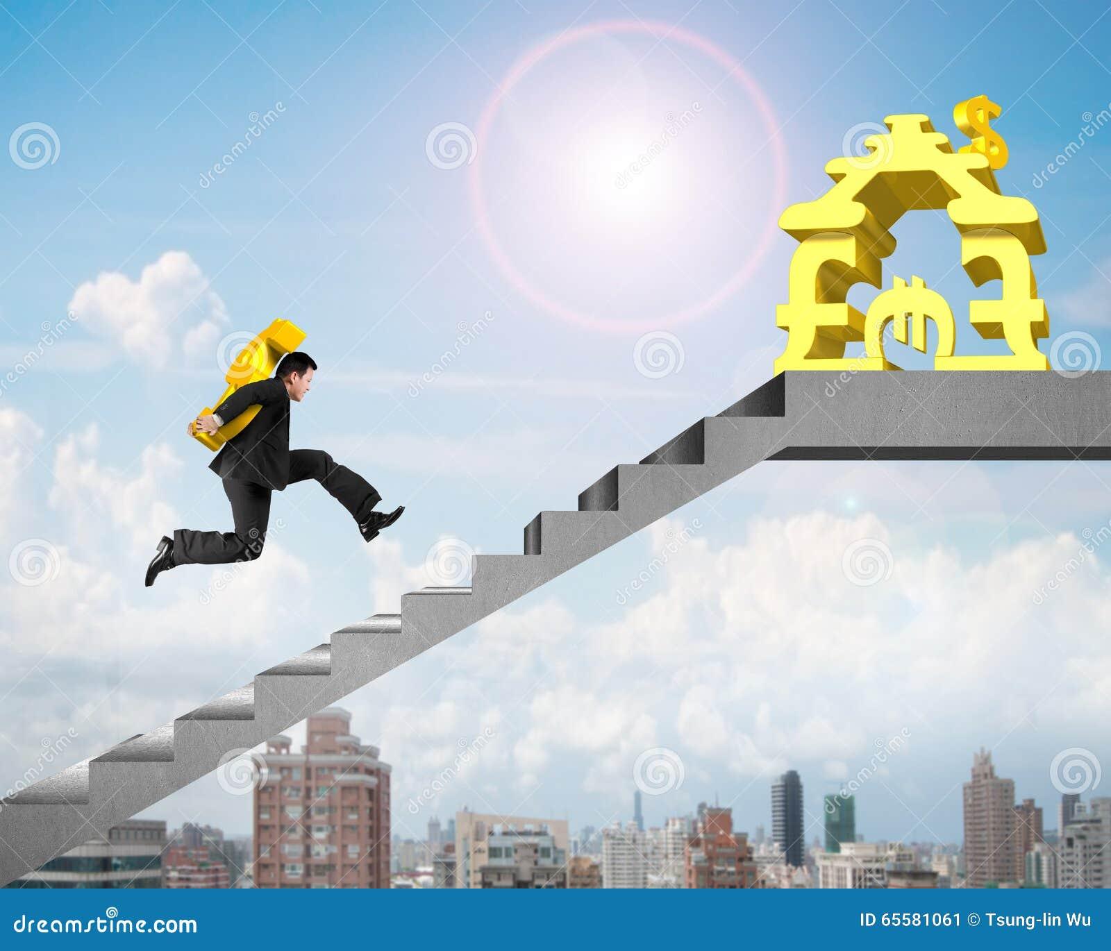 Ouro levando USD do homem de negócios em escadas ao dinheiro que empilha a casa