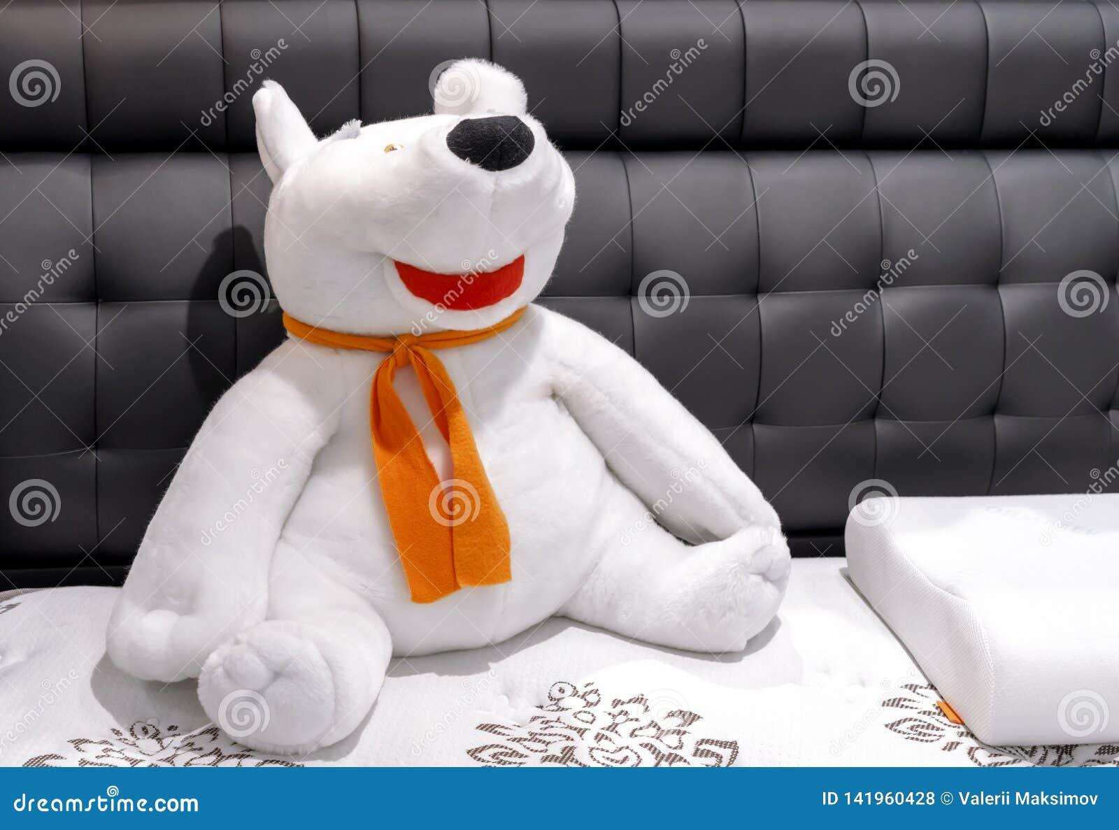 Ours blanc de jouet mou avec une écharpe orange