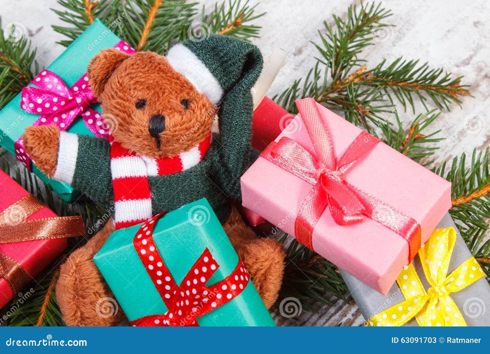 Download Ours De Nounours Avec Les Cadeaux Colorés Pour Noël Et Les Branches Impeccables Image stock - Image du heap, pelucheux: 63091703