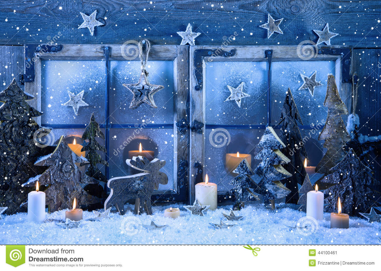 Outdoor christmas window decoration in blue with wood and for Decoration vitrine noel exterieur
