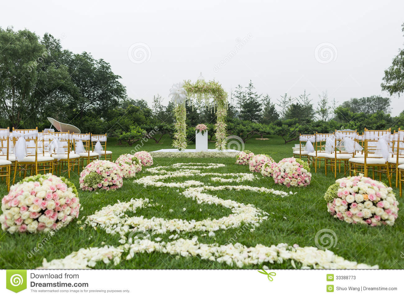 outdoor-wedding-scene-chairs-flowers-33388773.jpg