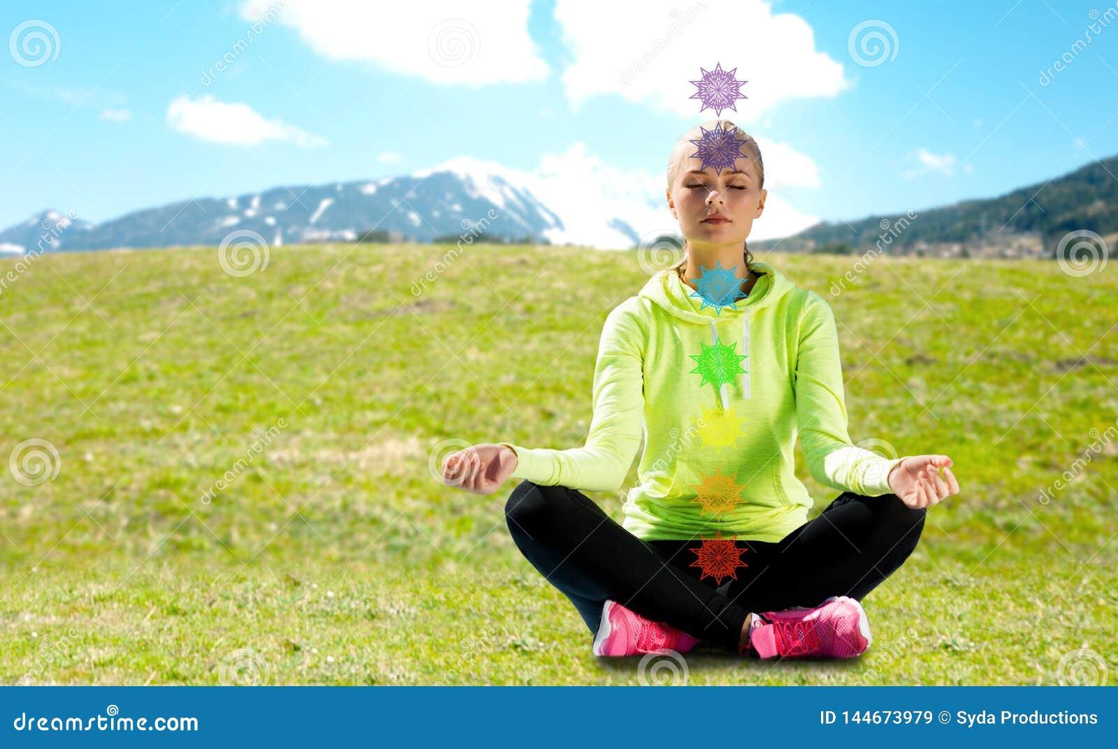 Женщина делая йогу outdoors