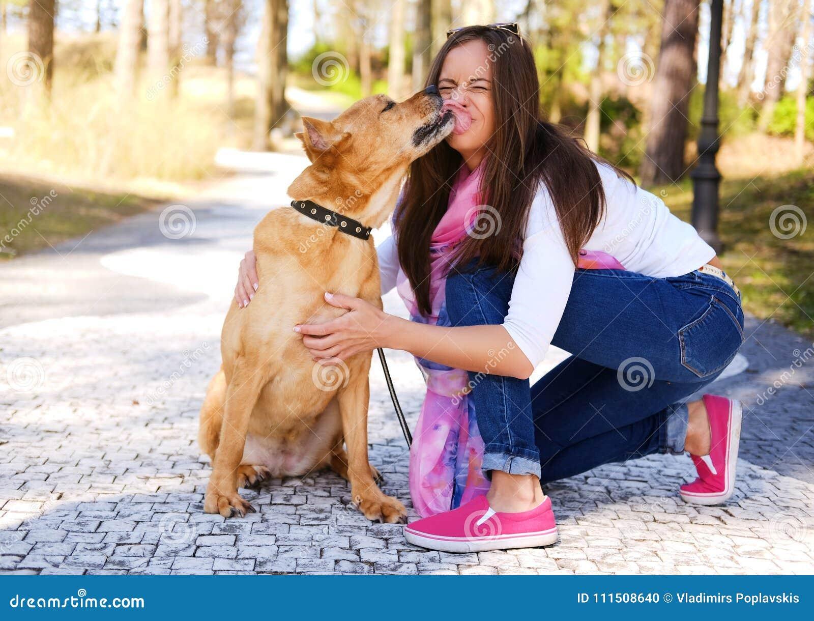 Outdoors stylu życia portret piękna dziewczyna z ślicznym psem dalej