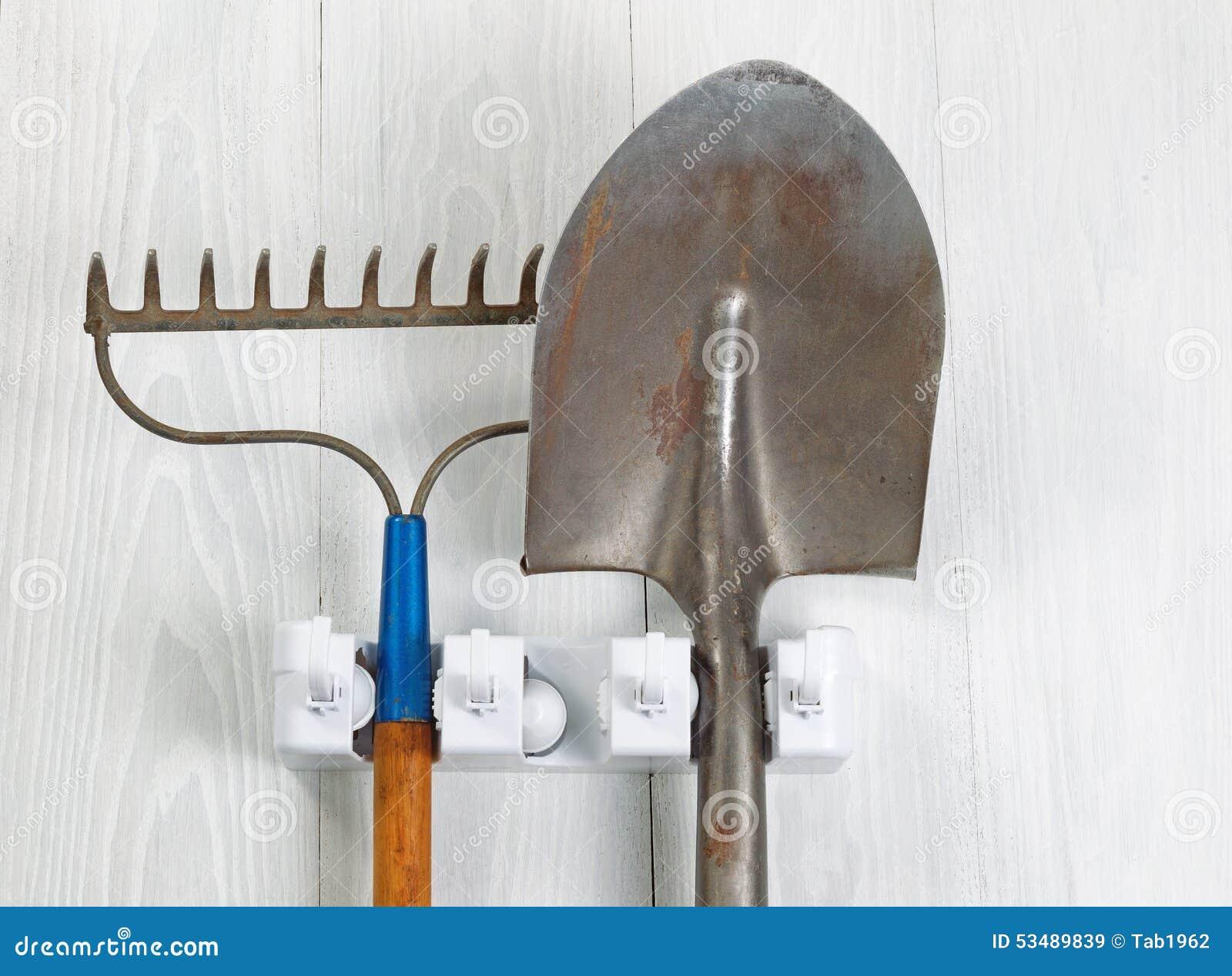 Outils De Jardin Utilises Pendant Du Support Sur Les Conseils En Bois Blancs Image Stock Image Du Pendant Support 53489839