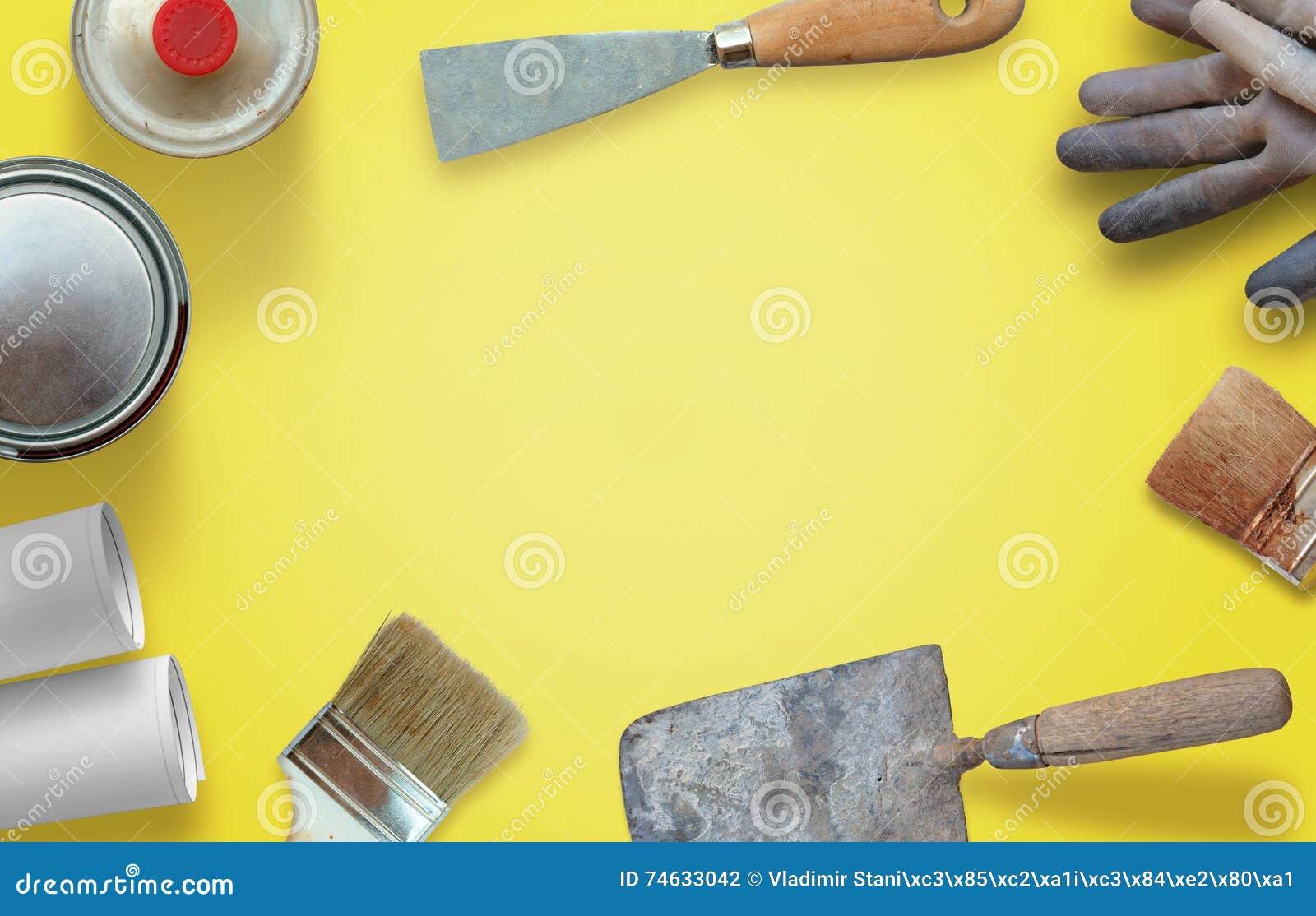 Outils de rénovation de chambre sur le bureau jaune de travailleur