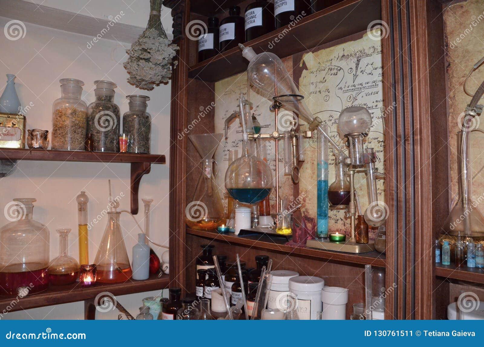 Outils et bouteilles de extraction de laboratoire de cru, flacons et fioles dessus