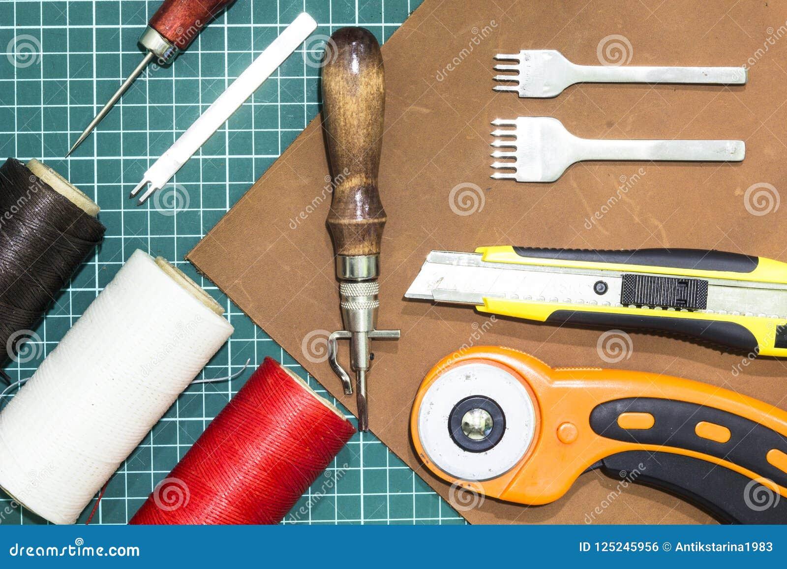Outils et matériaux pour le travail avec le cuir véritable