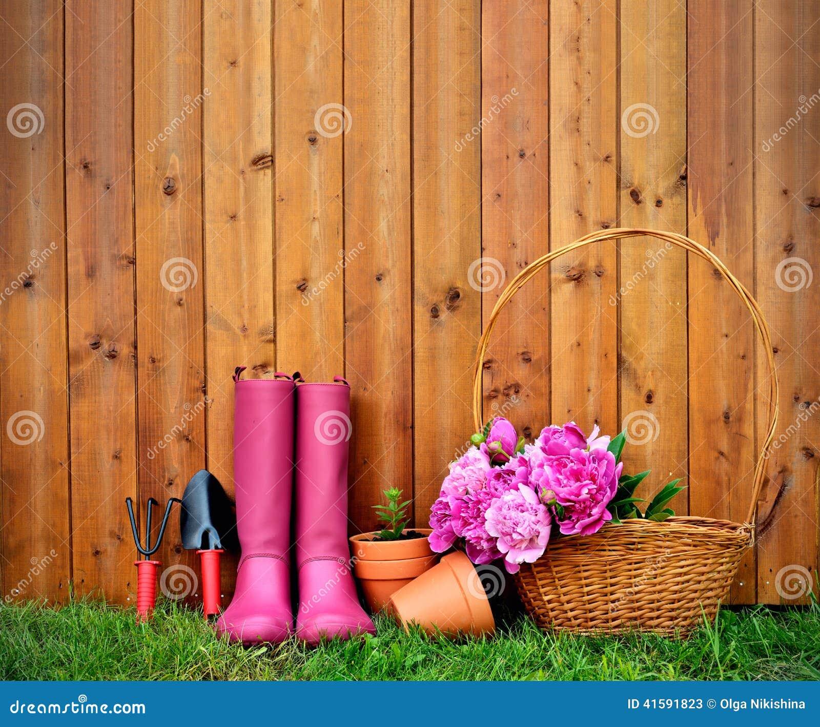 outils et objets de jardinage sur le vieux fond en bois photo stock image 41591823. Black Bedroom Furniture Sets. Home Design Ideas