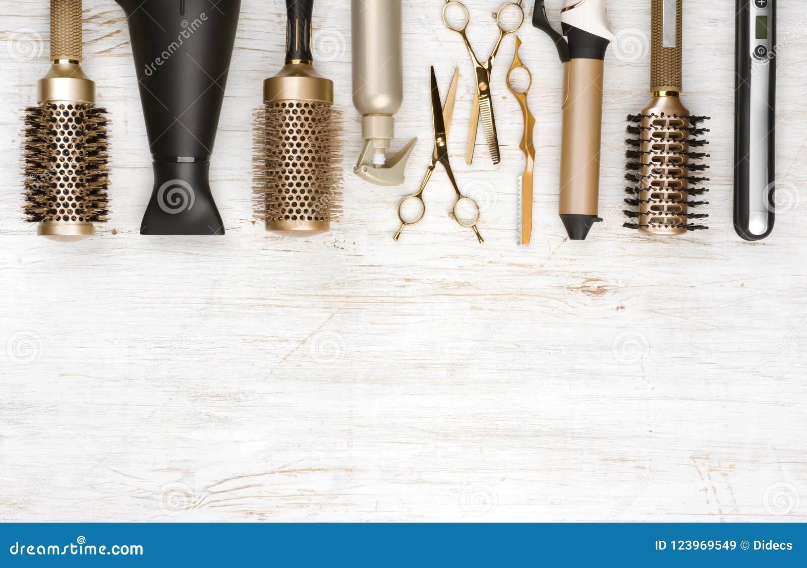 Outils professionnels de raboteuse de cheveux sur le fond en bois avec l espace de copie