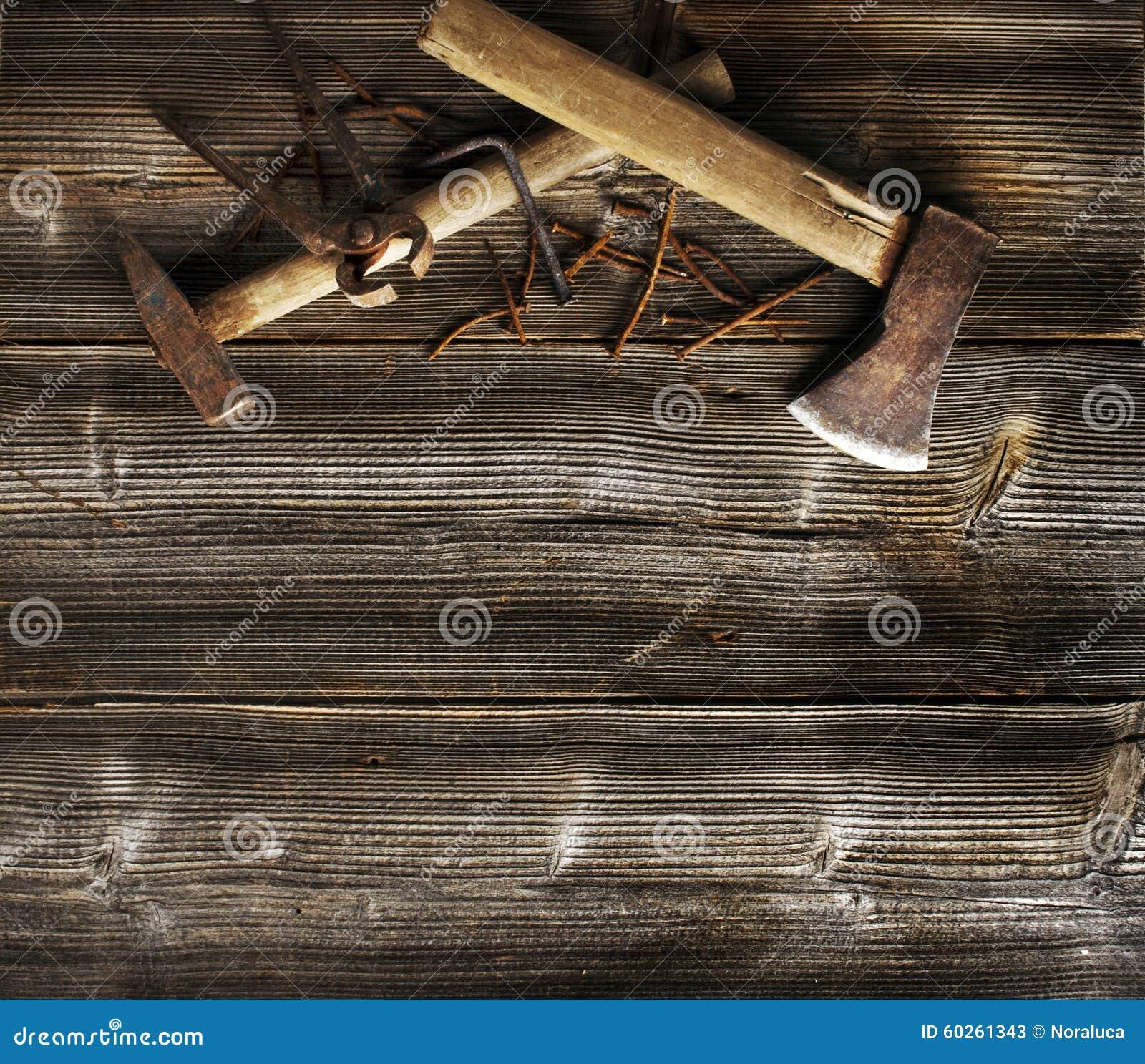 Outils rouillés sur la vieille planche foncée