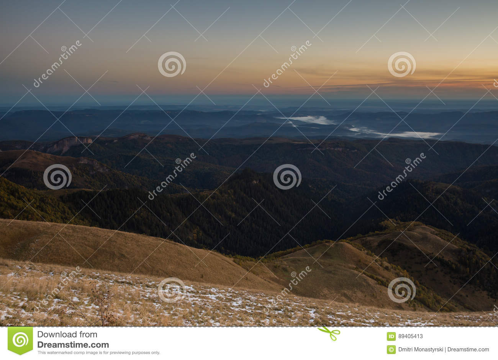 Outono dourado nas inclinações das montanhas do Cáucaso e