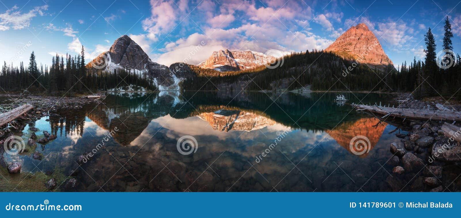 Outono e opinião bonitos da mola ao lago egypt no parque nacional de Banff nas montanhas rochosas na Alberta, Canadá