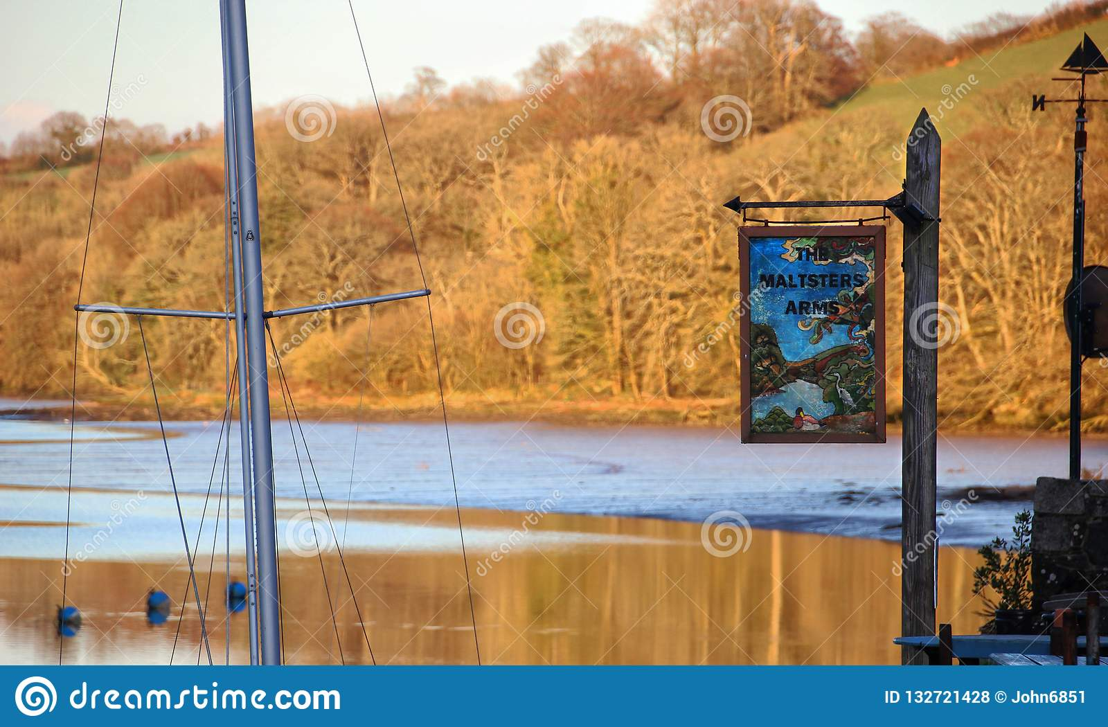 Outono no rio de Harbourne e no bar do beira-rio, Inglaterra