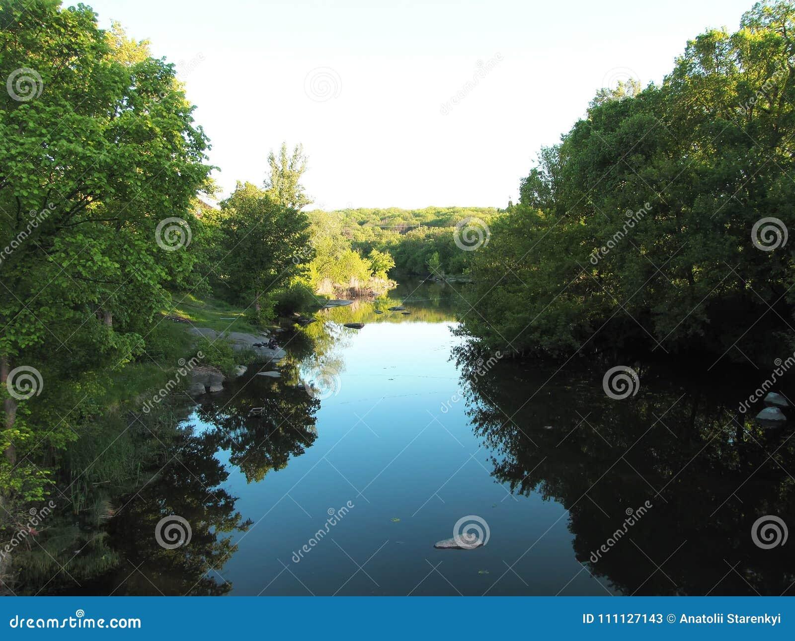 Output op de banken van de rivier