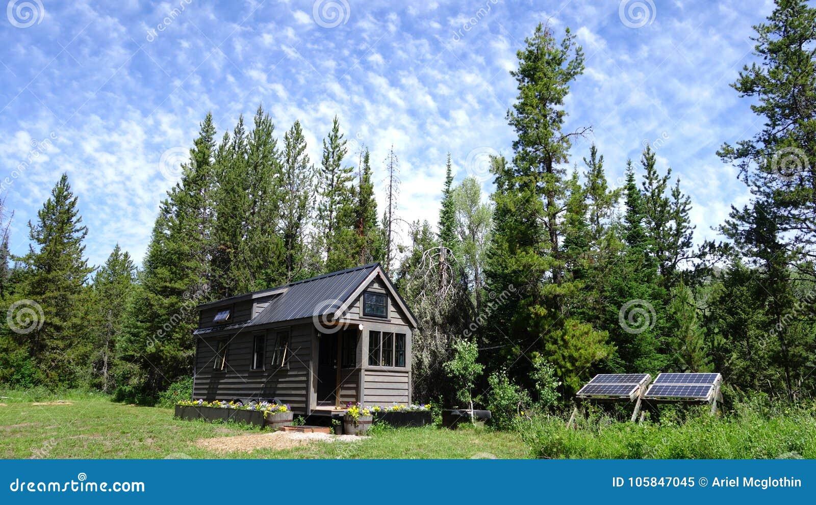 Outre de la maison minuscule de grille dans les montagnes