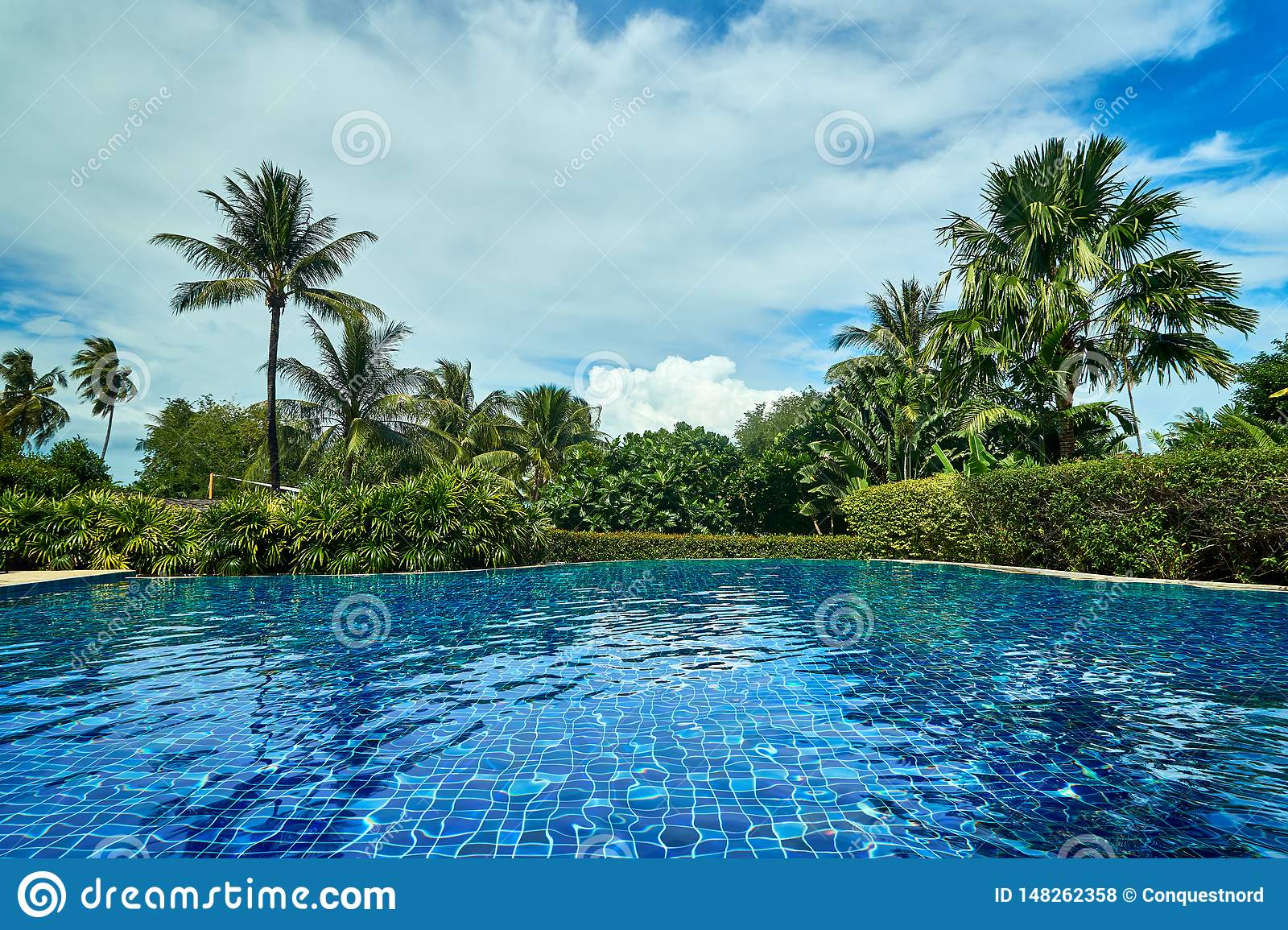 Outstandidng-Ansicht des Swimmingpools in Thailand