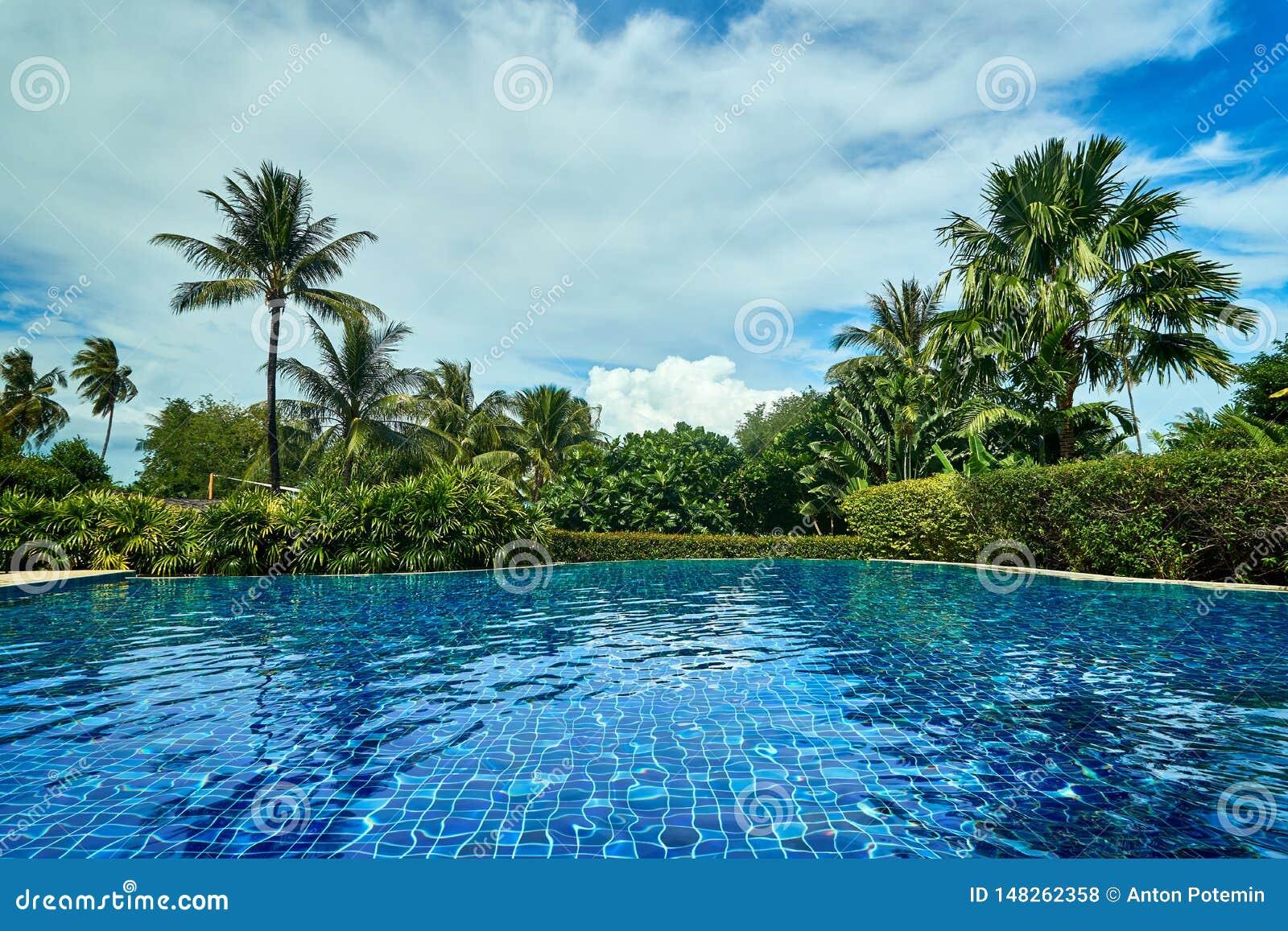 Outstandidngmening van zwembad in Thailand