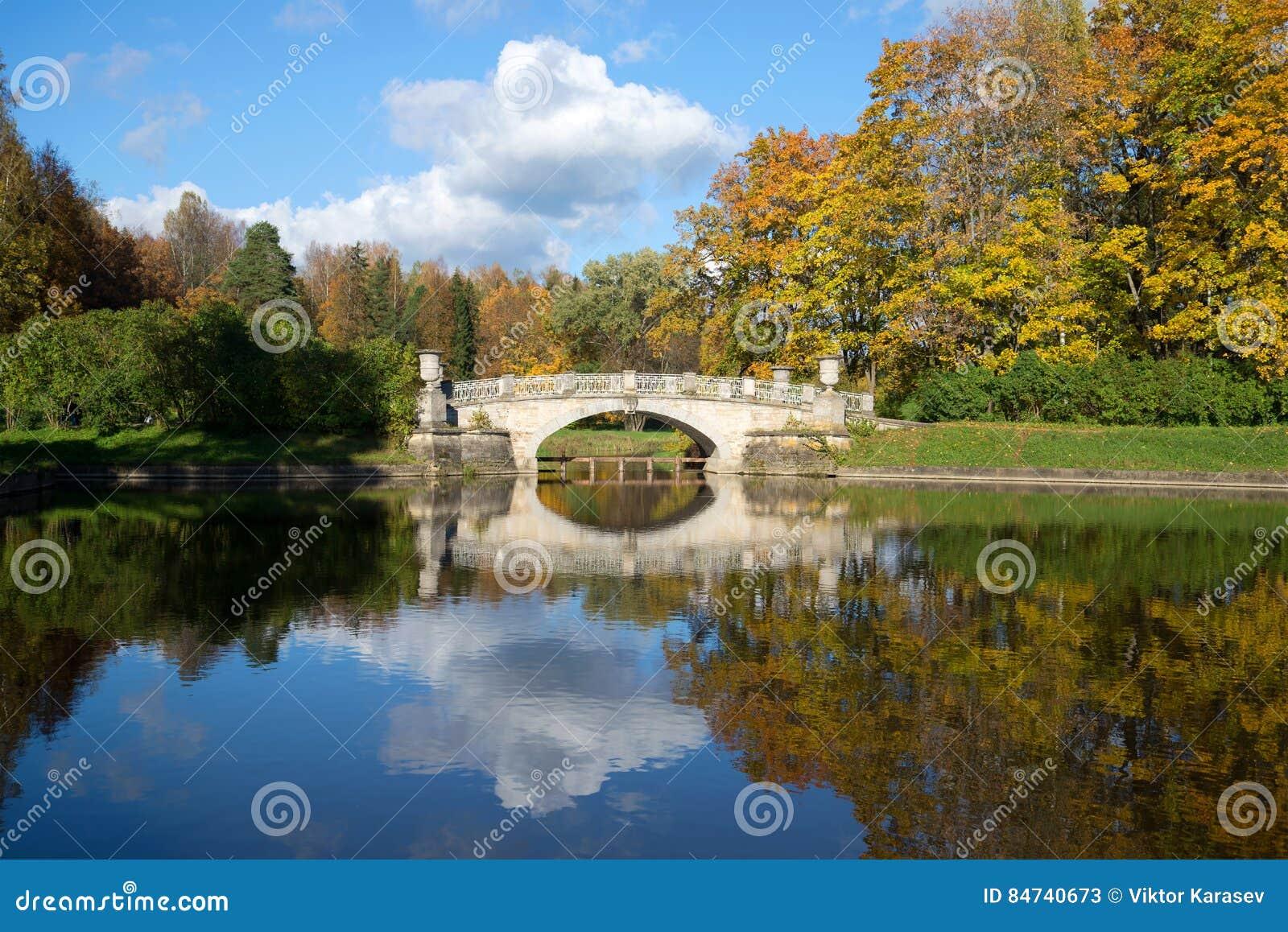 Outubro no rio Slavyanka Ajardine com o velho pela ponte de Viskontiev no parque do palácio de Pavlovsk St Petersburg