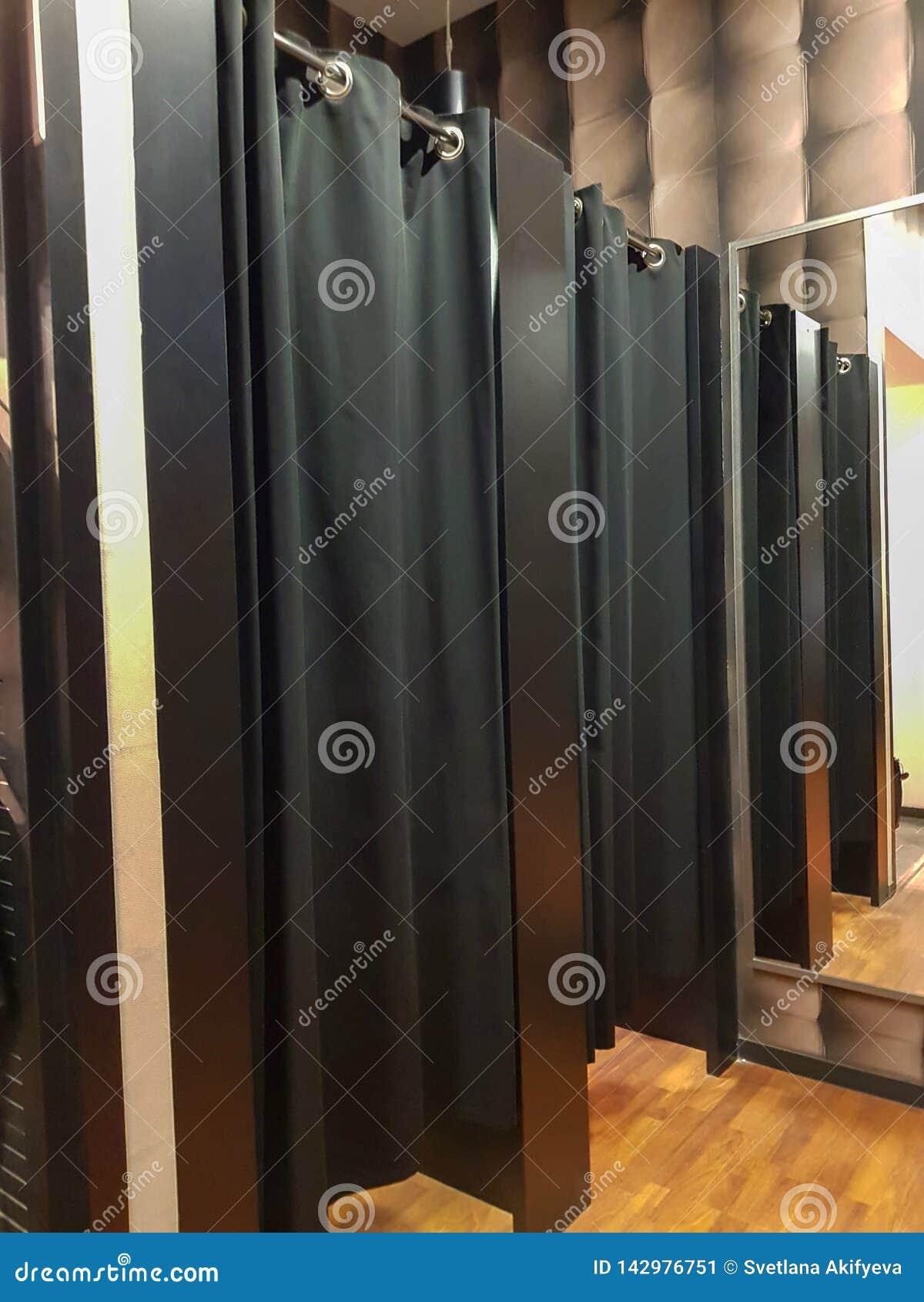Ouvrez la cabine d essayage sans des personnes à l intérieur Rideaux noirs