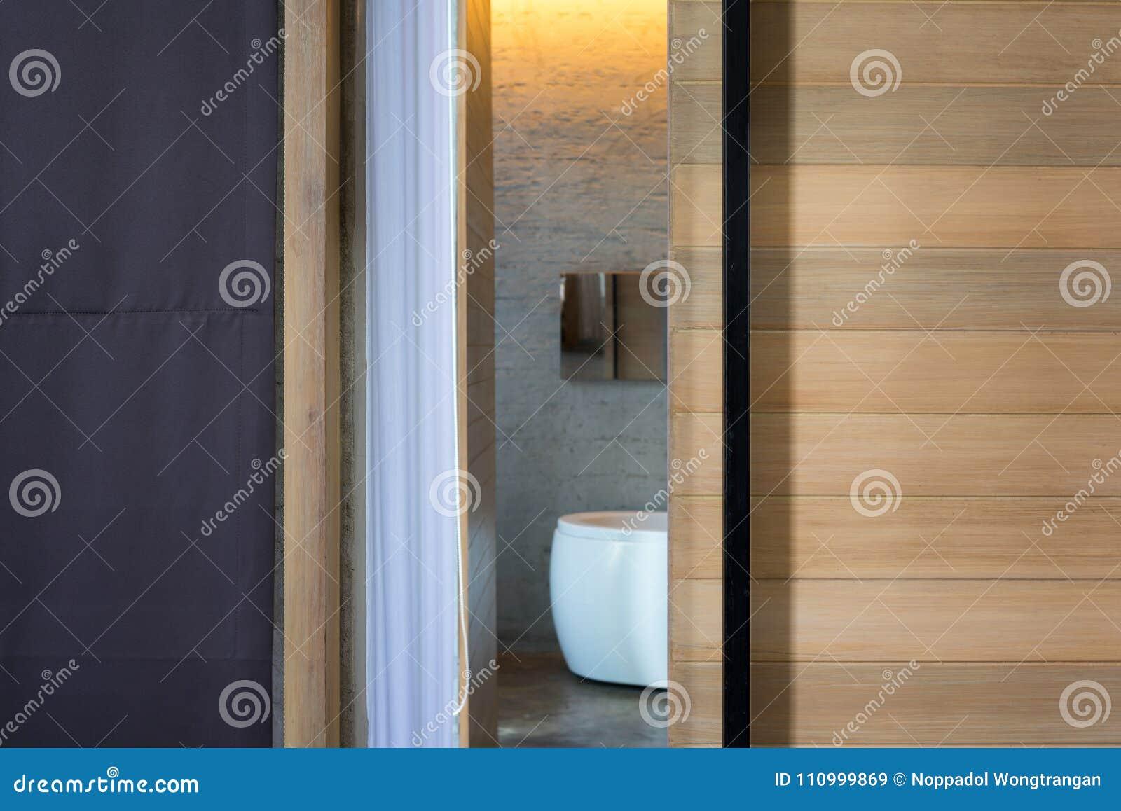Vieille Porte En Bois Coulissante ouvrez la porte coulissante en bois de salle de bains avec