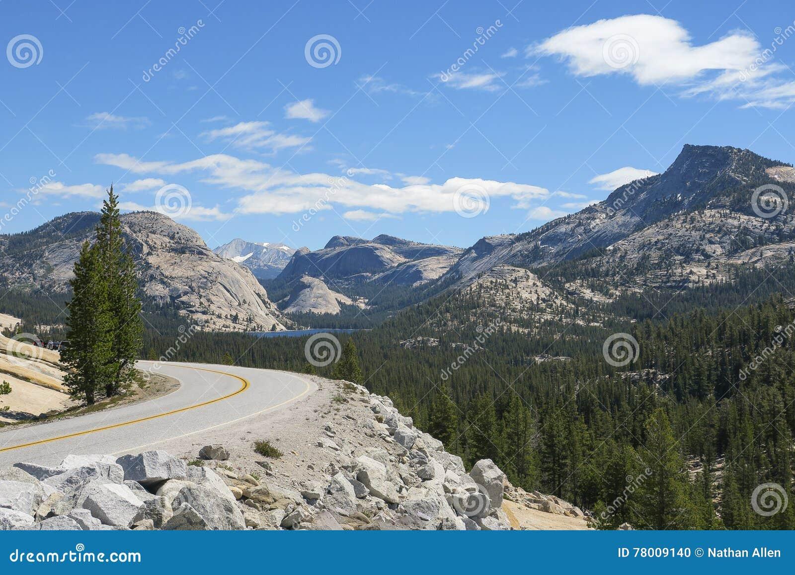 Ouvrez la route et le lac mountain