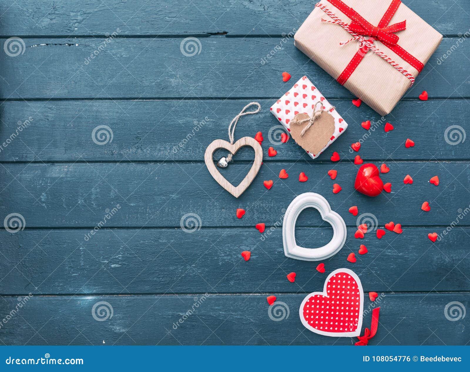 Ouvrez le boîte-cadeau de forme de coeur avec des biscuits au-dessus de fond en bois