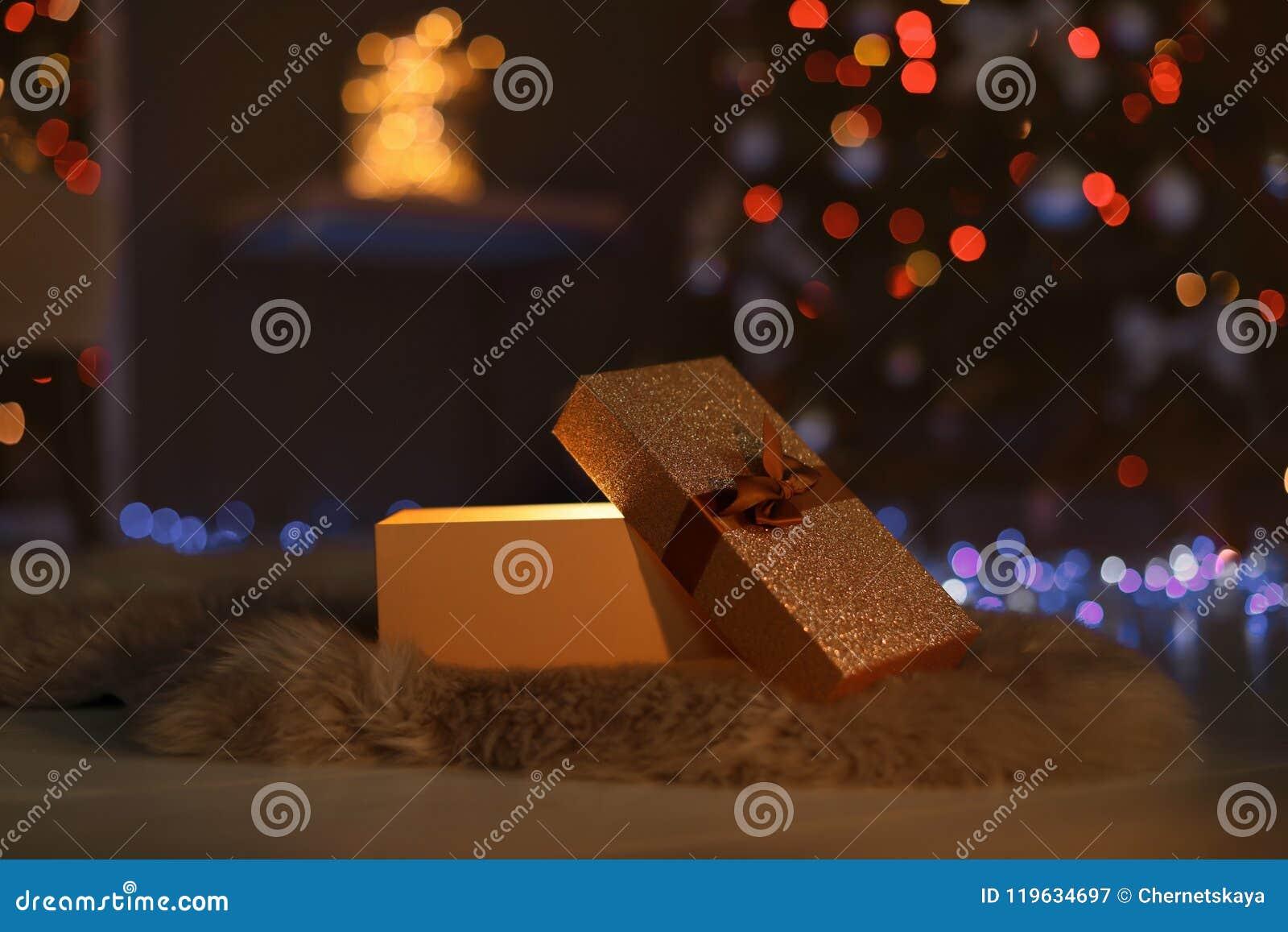 Ouvrez le boîte-cadeau et l arbre de Noël dans la chambre