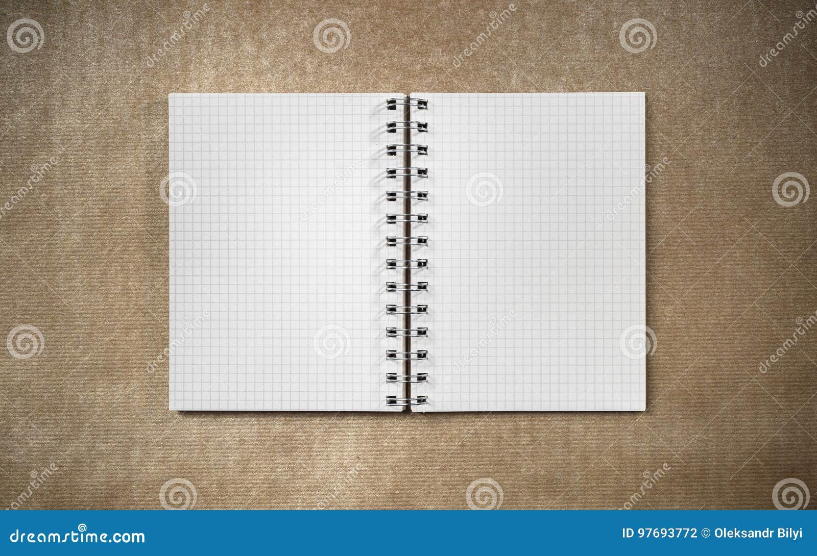 Ouvrez le carnet de page vide sur le bureau de carton photo stock