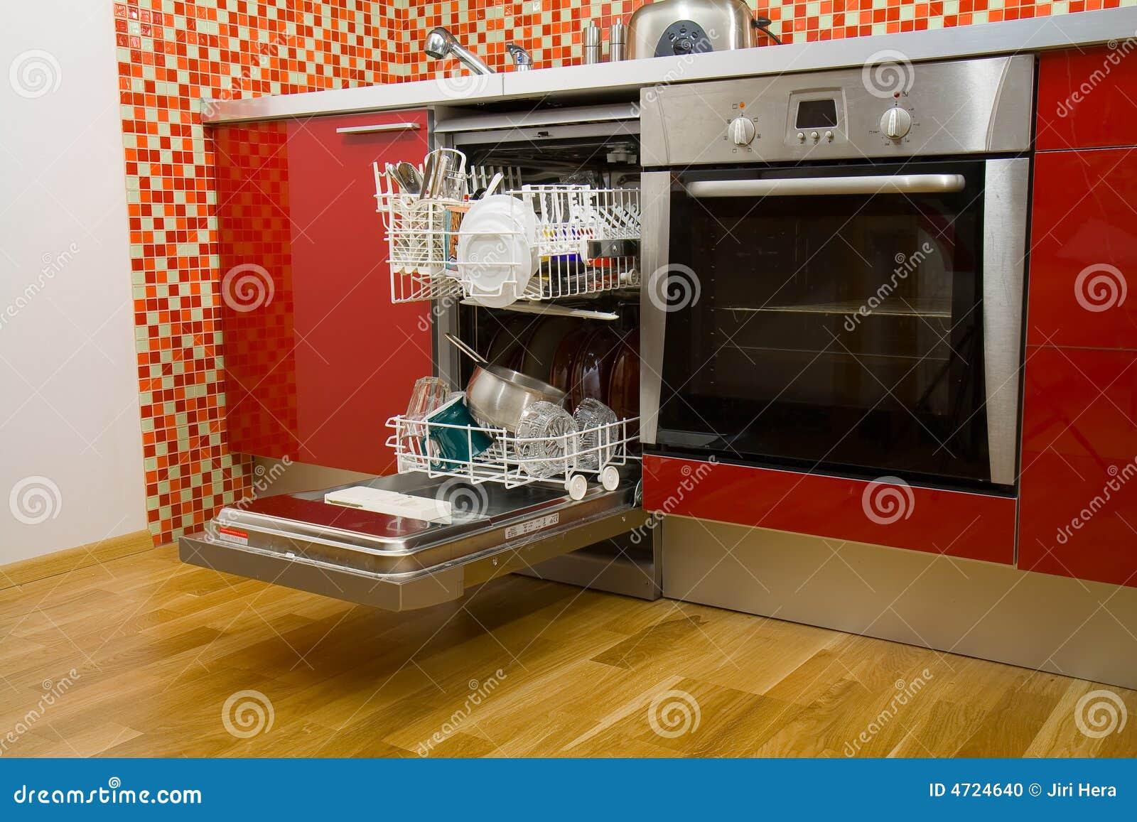 Ouvrez le lave-vaisselle avec les paraboloïdes propres