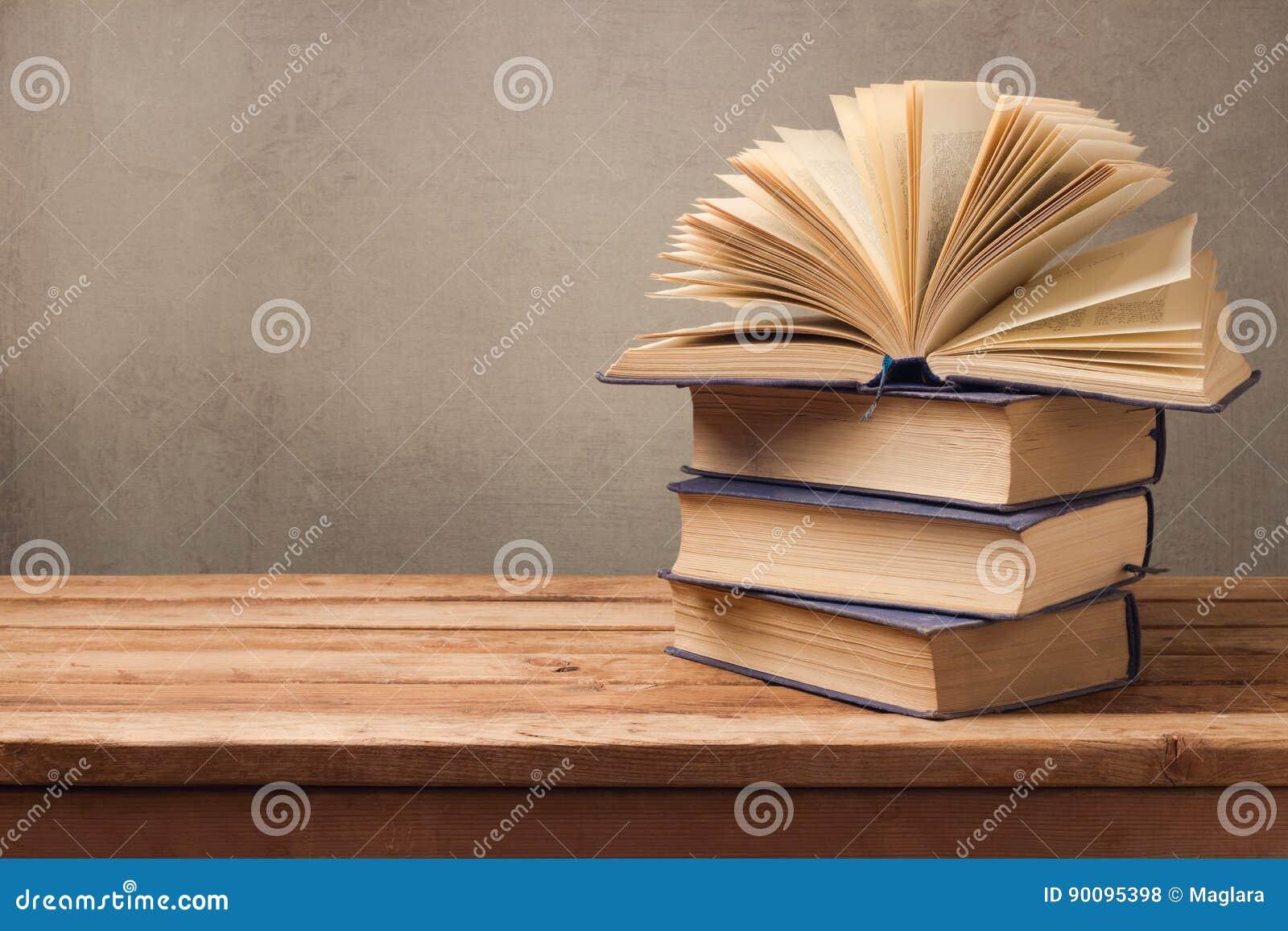 Ouvrez Le Livre Et La Pile De Vieux Livres Sur La Table En