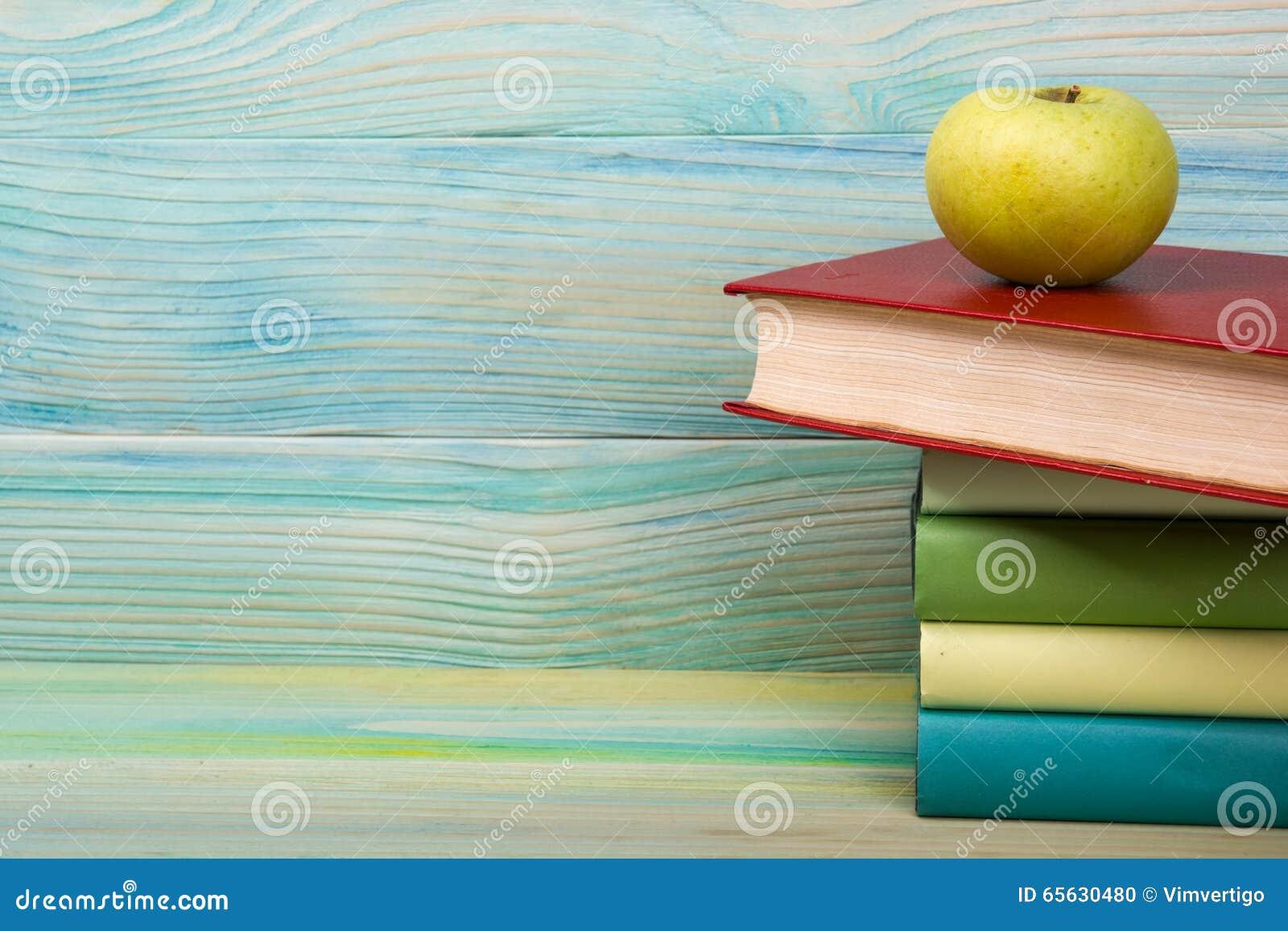 Ouvrez le livre, livres de livre cartonné sur la table en bois De nouveau à l école Copiez l espace