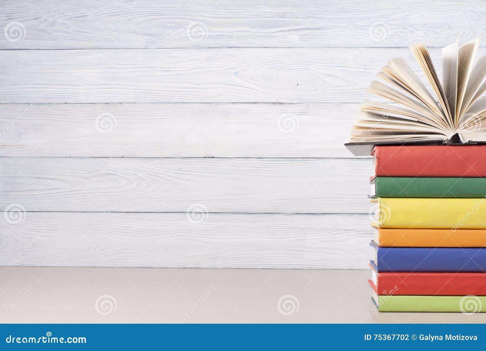 Ouvrez le livre, livres de livre cartonné sur la table en bois Fond d éducation De nouveau à l école Copiez l espace pour le text