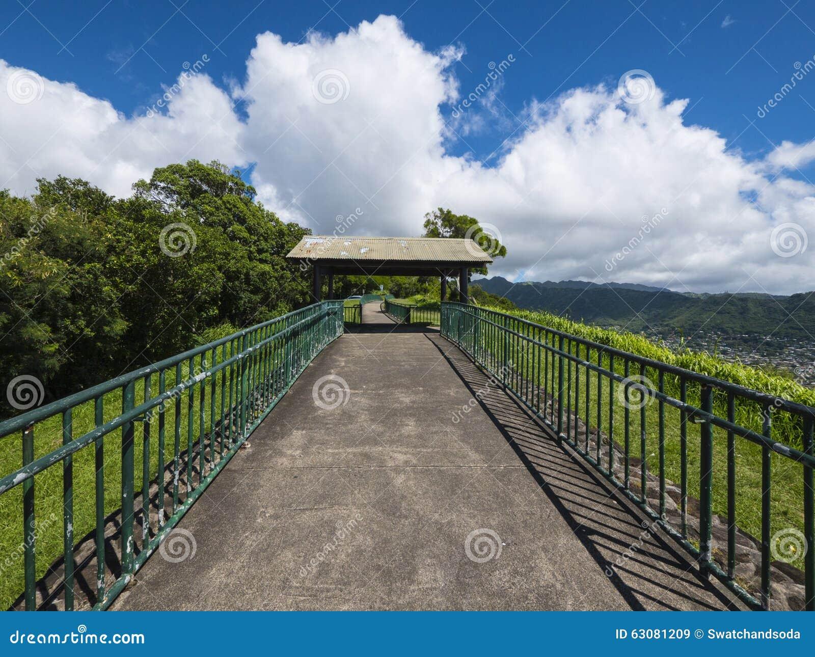 Download Ouvrez Le Passage Couvert De La Surveillance De Tantalus Image stock - Image du balustrade, wide: 63081209