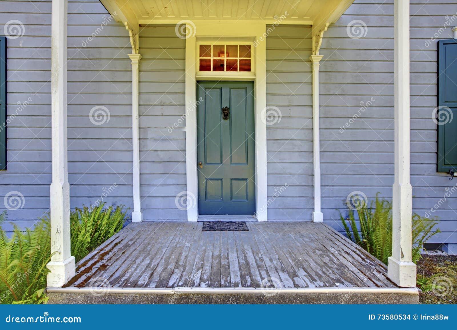 Le Porche D Une Maison ouvrez le porche d'entrée avec les colonnes et la porte bleue d'une