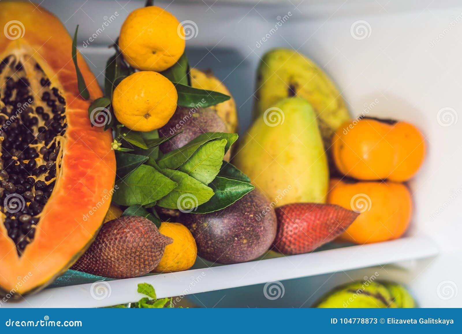 Ouvrez le réfrigérateur rempli de fruits frais et de légume, concept cru de nourriture, concept sain de consommation