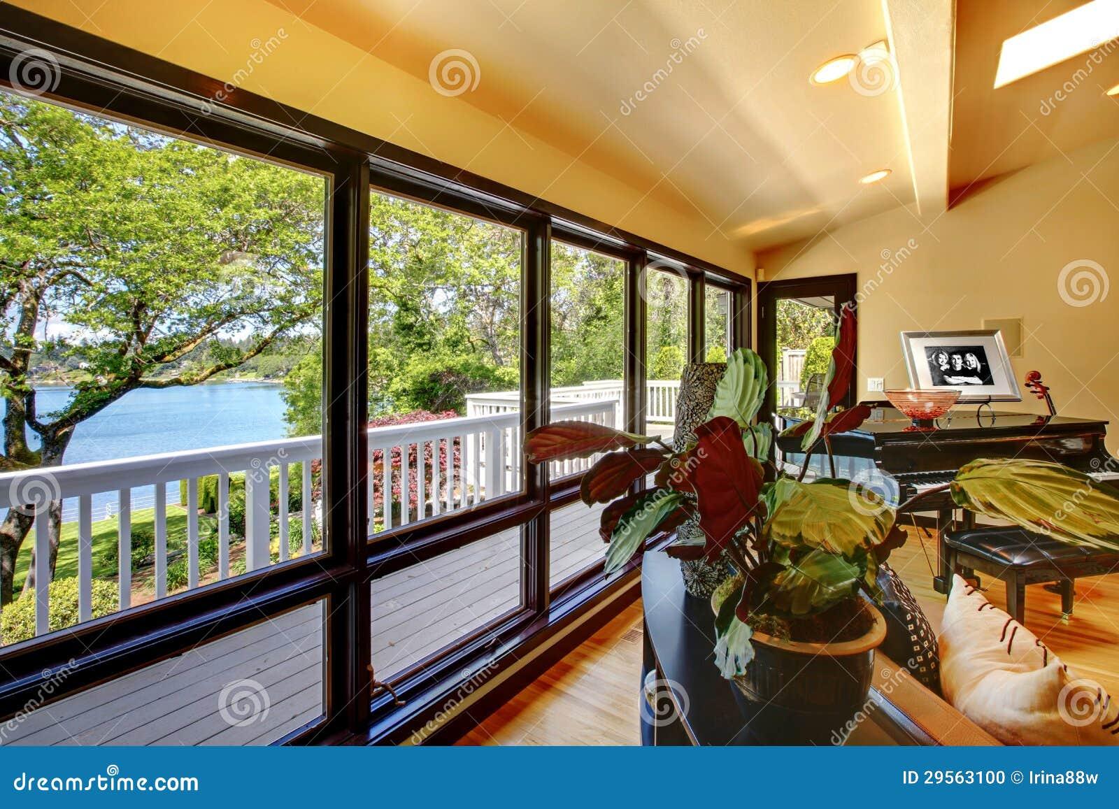 ouvrez le salon int rieur la maison de luxe moderne avec le mur d 39 hublot de balcon photo. Black Bedroom Furniture Sets. Home Design Ideas