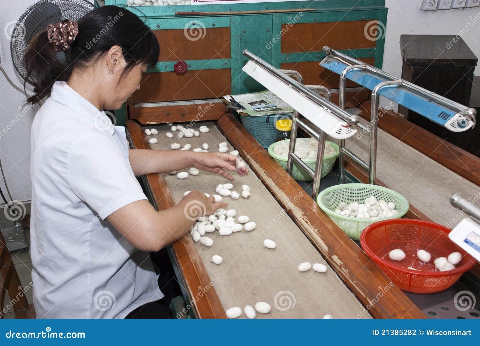 Ouvrier chinois à Suzhou, Chine, usine en soie