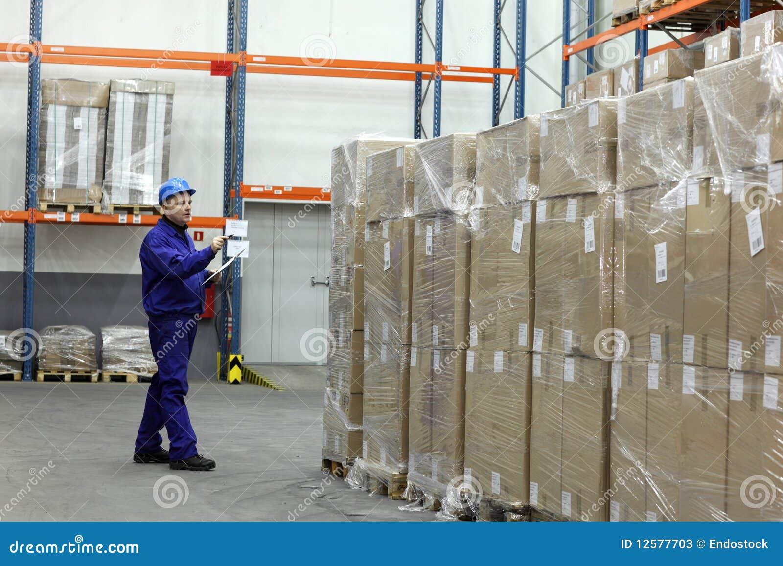 Ouvrier comptant des stocks dans l entrepôt